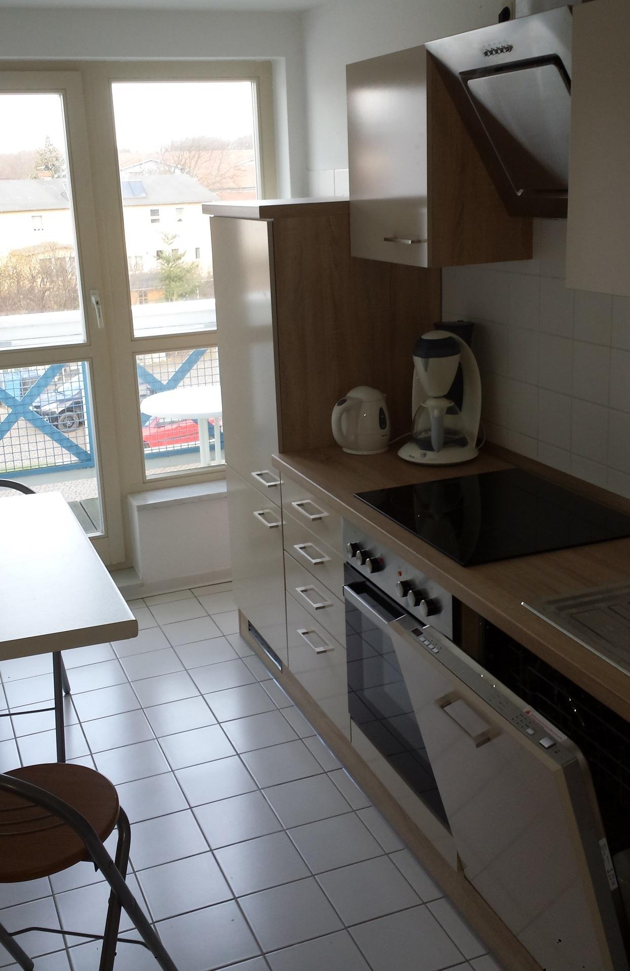 Die Küche ist komplett eingerichtet - auch Geschirr ist vorhanden.